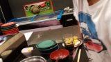אופיר מבשל לו מרק באחת המסעדות