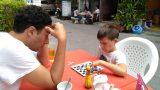 אופיר לומד מהלכים חדשים בשח מט מאחד המטיילים הישראלים הבודדים שפגשנו בהואה הין